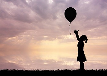lifespa-image-small-girl-letting-balloon-go